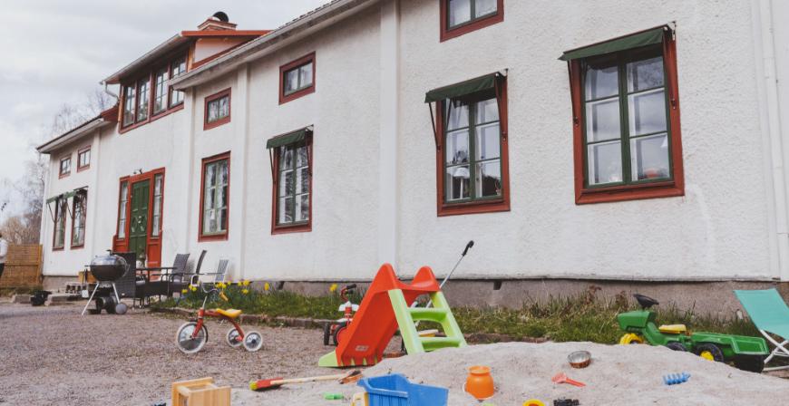 Familjens hus är stort, vilket är en bra förutsättning för att fungera som familjehem. Tonåringarna bor på ovanvåningen medan resten av familjen delar på den nedre.
