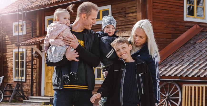 Linn och Linus tillsammans med de biologiska barnen Vendela, Leon och Elvin.